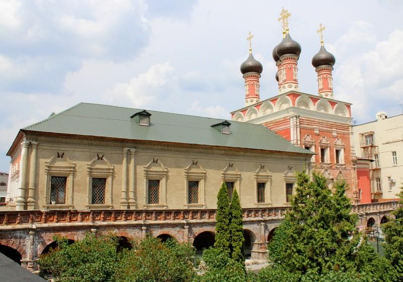 Храм во имя преподобного Сергия Радонежского. Вид от южных ворот монастыря.