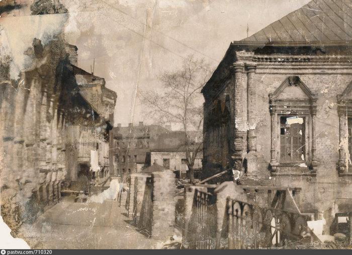 Это вид на Сергиевскую церковь и братские кельи. Фото 1953. - Фотография найдена на территории Высоко-Петровского монастыря в 1996 году в строительном мусоре.