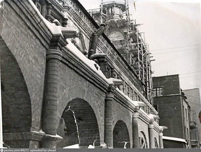 А здесь уже видно восстановленную галерею и Сергиевскую церковь в процессе реставрации. Фото 1958-1965.