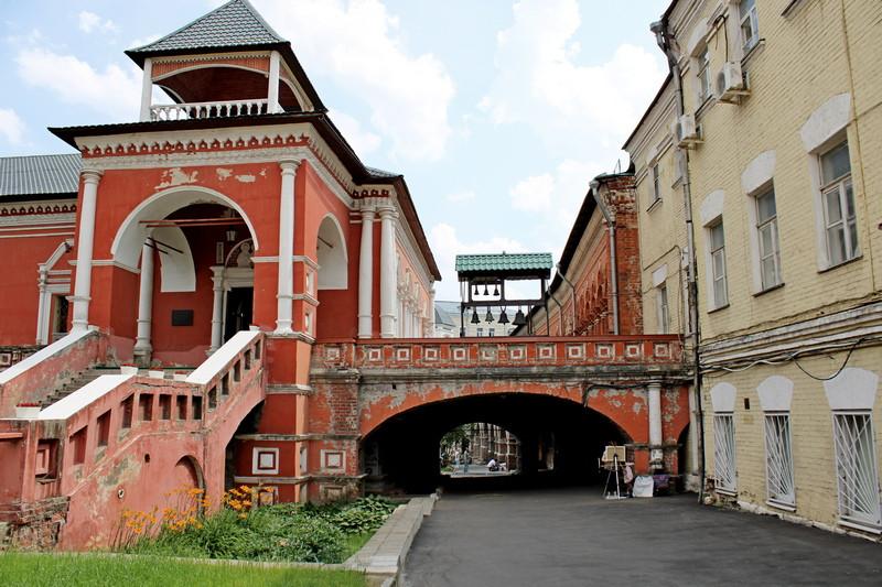 Царское крыльцо и переход на арке между братскими кельями и Храмом во имя преподобного Сергия Радонежского.