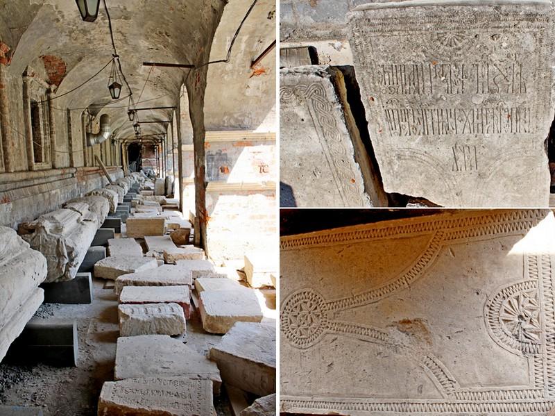 Коллекция белокаменных артефактов в подгалерейном пространстве Сергиевской церкви.