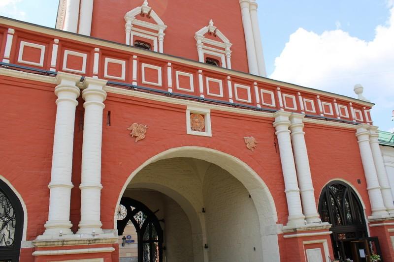 Святые ворота Высоко-Петровского монастыря.
