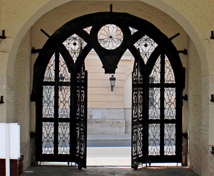 «Готический орнамент» святых ворот Высоко-Петровского монастыря. 1810-е. Арх. А. Н. Бакарев.