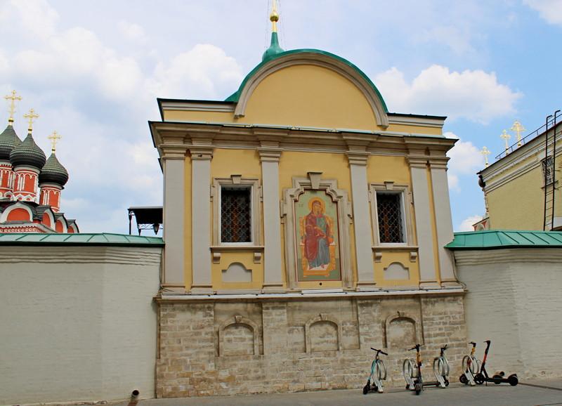 Храм Толгской иконы Божией Матери. Западный фасад. Восстановлена икона, правда, не мозаичная. Фото 2021.