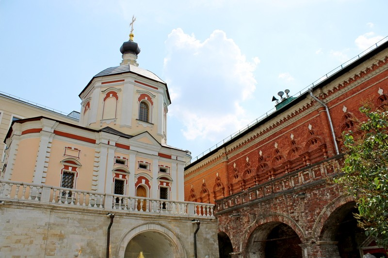 Южный двор с храмом святых апостолов Петра и Павла и братскими кельями. Фото 2021.