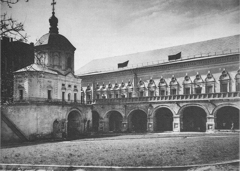 Южный двор с храмом святых апостолов Петра и Павла и братскими кельями. Фото 1980.