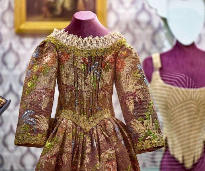 Платье (костюм для Мадонны). Вторая четверть XVIII века. Шелк, металлизированная нить, лен, шитье, вышивка, плетение.