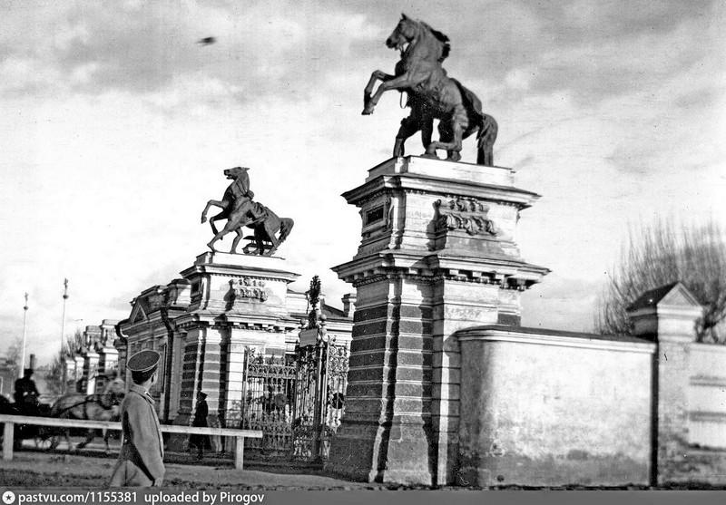 Въезд на Беговую аллею. Фото 1910-1917.  На въезде были ворота из чугуна и ходили они по рельсам. Бесследно исчезли примерно в 1963 году.