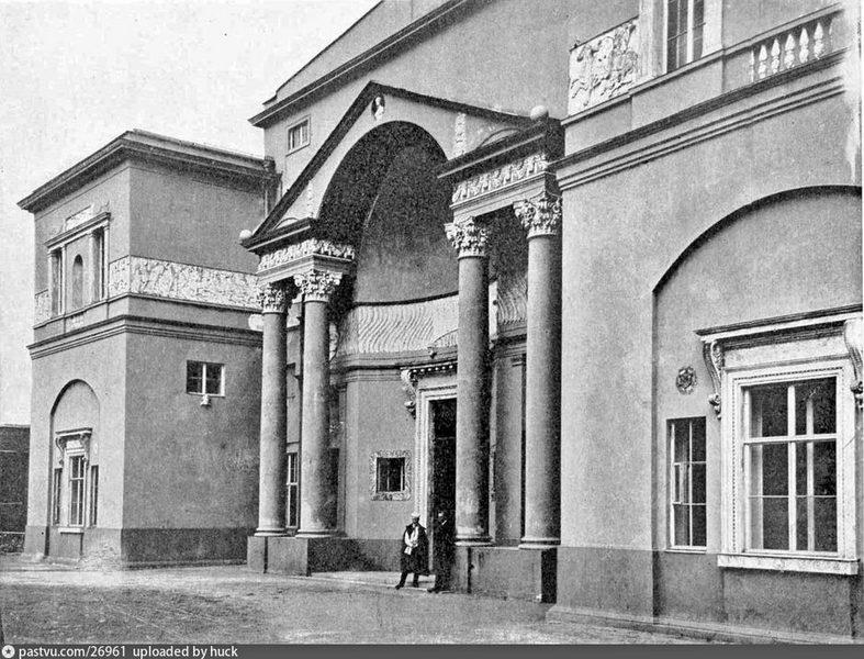 Центральная часть фасада дома Скакового общества. Фото 1906-1907.