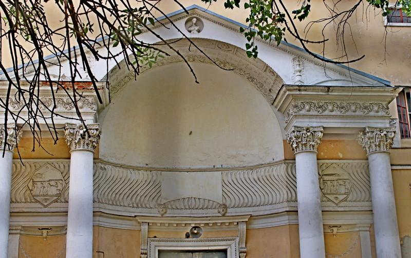 Дом Скакового общества.  Портик главного входа.