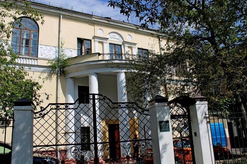 Боковой фасад дома Скакового общества. Судейский балкон. Фото 2021.