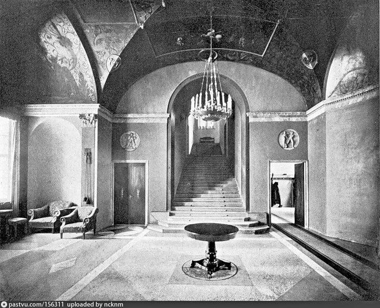 Дом Скакового общества. Холл с лестницей на второй этаж. Фото 1905-1907.