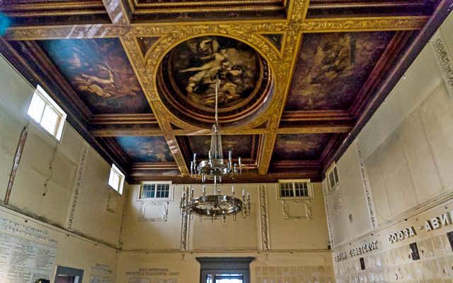 Главный зал Скакового общества. Потолок. Фото 2014.