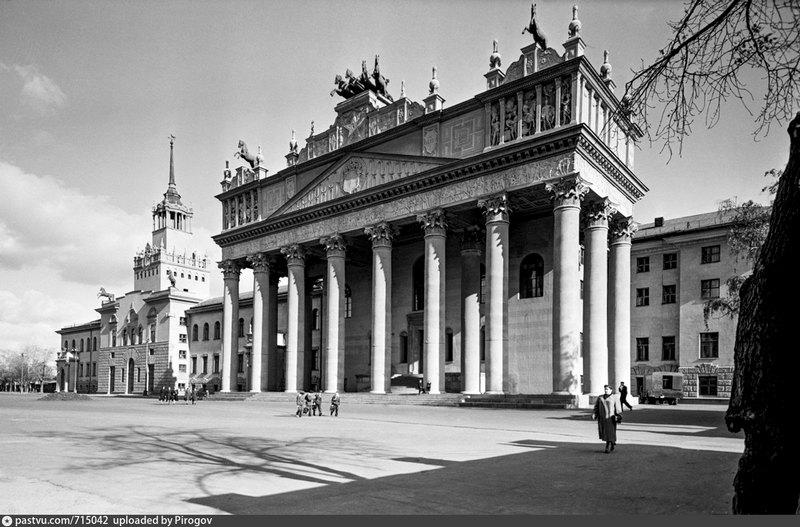 Главное здание Московского ипподрома. Фото 1956.