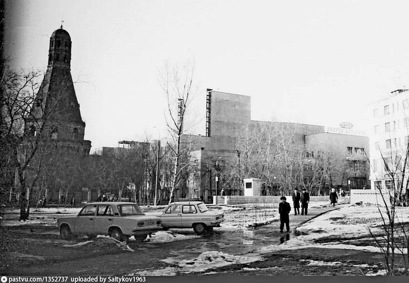 Симонов монастырь и ДК ЗИЛ. Фото 1982.
