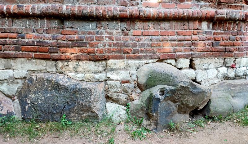 Башня «Дуло». Фундамент башни из гранитных валунов.