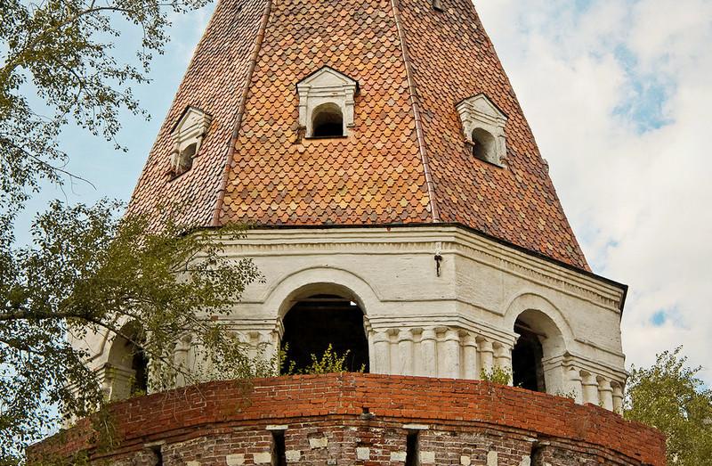 Башня «Солевая». Арочные проёмы основания шатра объединяются поясом архивольт и тройными полуколонками.