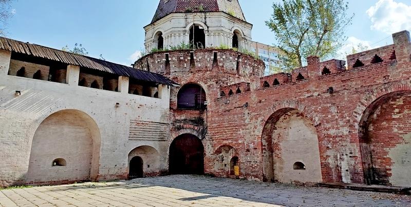 Сохранившийся участок восточной стены от башни «Дуло» (слева).