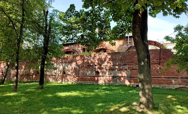 Полуразрушенное прясло стен Симонова монастыря между «Кузнечной» и «Солевой» башнями. Фото 2021.