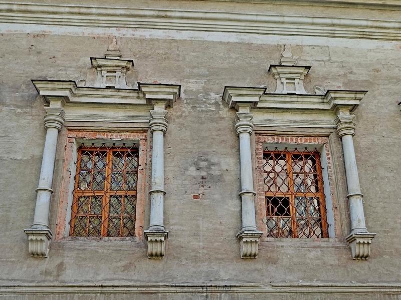 Многосложные фронтоны окон северного фасада.