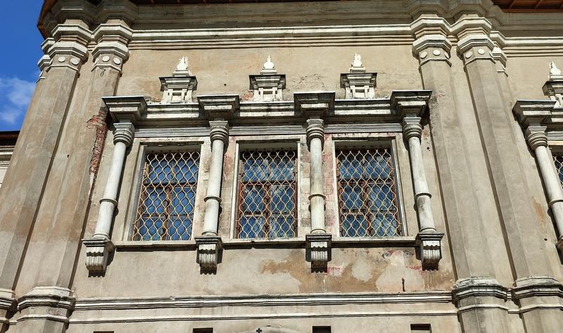 Барочные фронтоны окон южного фасада храма.