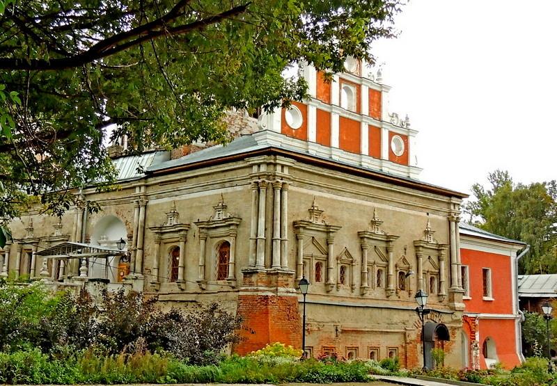 Храм Тихвинской иконы Божией Матери с Трапезной. Барочный западный фасад.