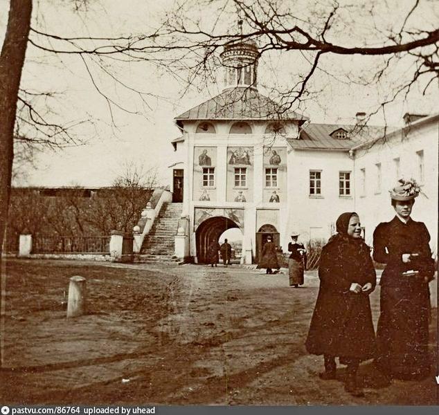 Западные ворота с церковью Спаса Всемилостивого. Фото 1895-1900. Вид из монастырского двора.