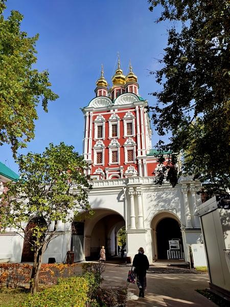 Новодевичий монастырь. Церковь Спаса Преображения над северными воротами.
