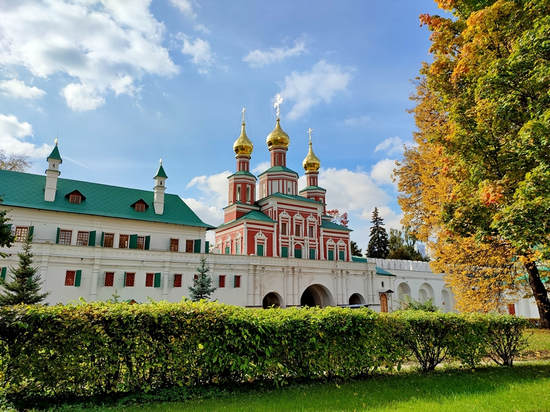 Новодевичий монастырь. Церковь Покрова Пресвятой Богородицы над южными воротами.
