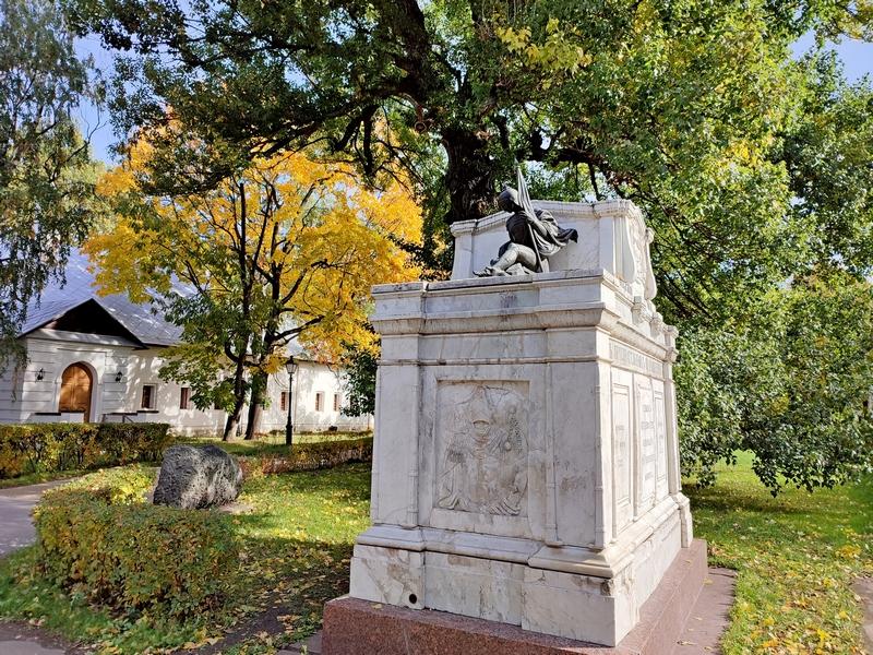 Усыпальница В.И.Тимофеева (1783—1850) — генерала от инфантерии, героя Бородинского сражения. За ней – вековой тополь.