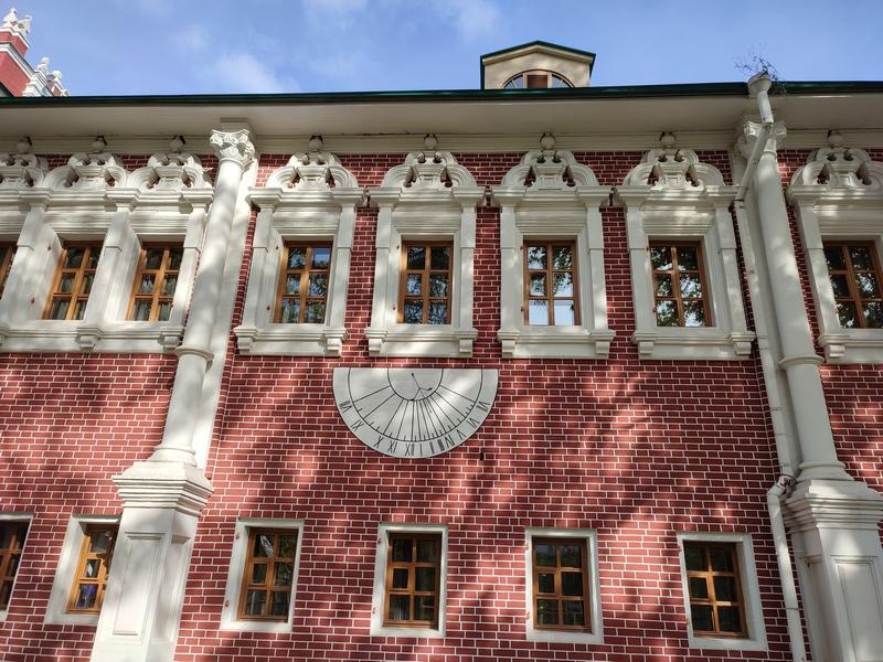 Солнечные часы на Лопухинских палатах.
