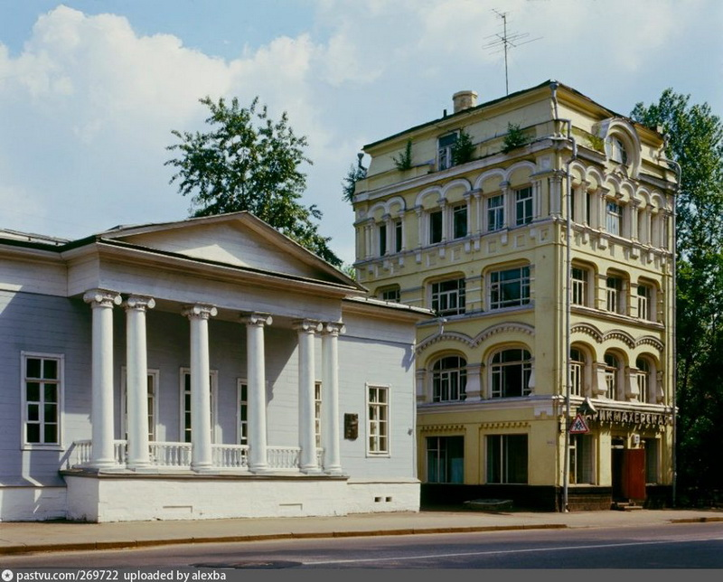 Дом-музей Тургенева и дом архитектора Н.Какорина. Фото 1990 года.