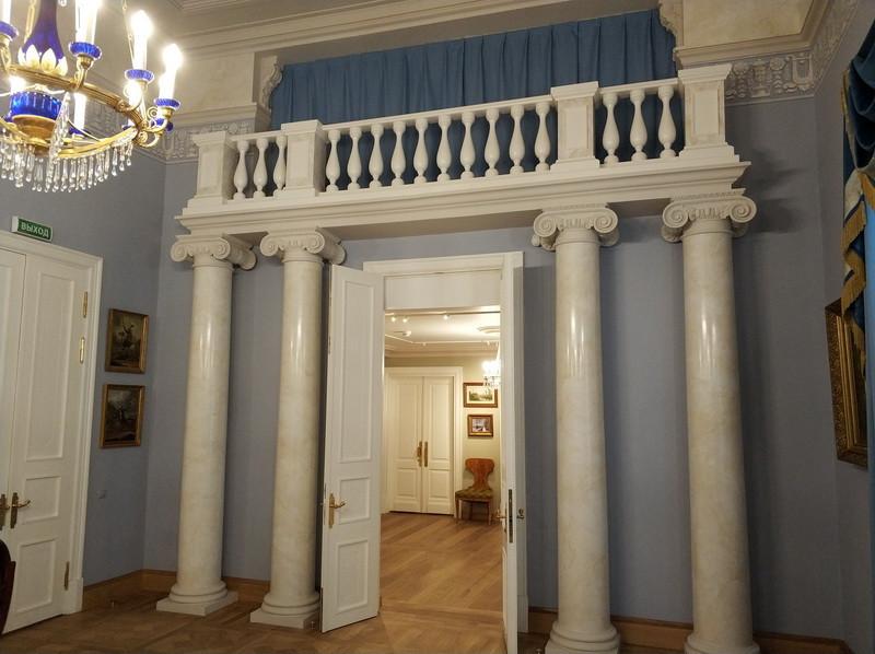 Большой зал парадной анфилады. Воссозданные хоры на четырех колоннах.