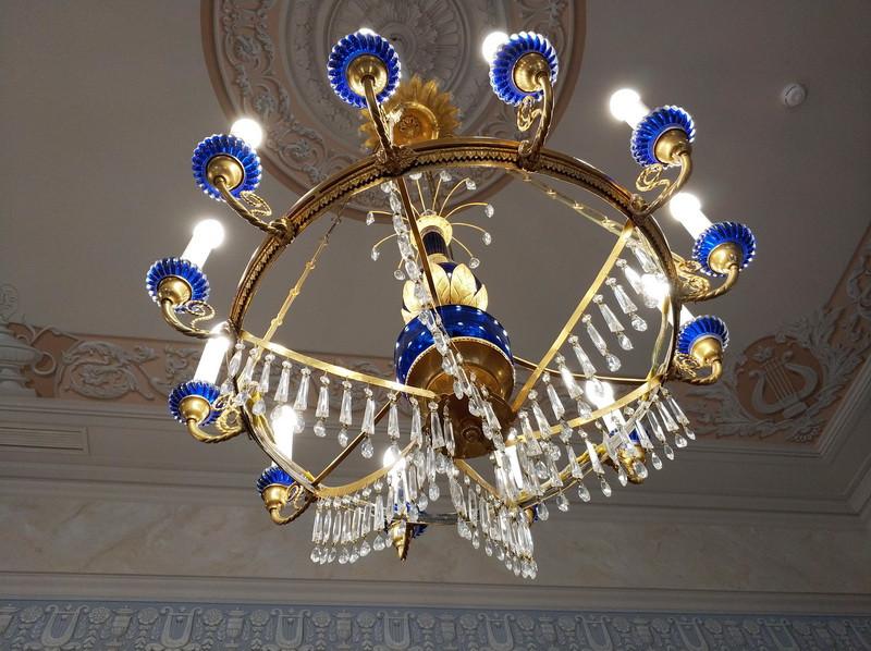 Большой зал парадной анфилады. Люстра – подлинное произведение декоративно-прикладного искусства первой половины XIX века.