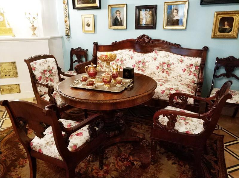 Гостиная В.П.Тургеневой. По моде того времени стоит мебель с цветочной обивкой.
