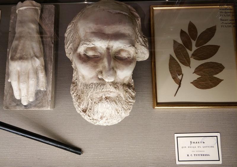Посмертная гипсовая маска и слепок руки писателя выполнены по модели скульптора П.Н.Тургенева. Подлинный лавровый венок и билет на вход в церковь на погребение И.С.Тургенева.
