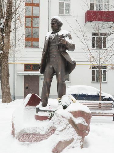 Памятник Ивану Сергеевичу Тургеневу в Тургеневском сквере, скульптор Сергей Казанцев.