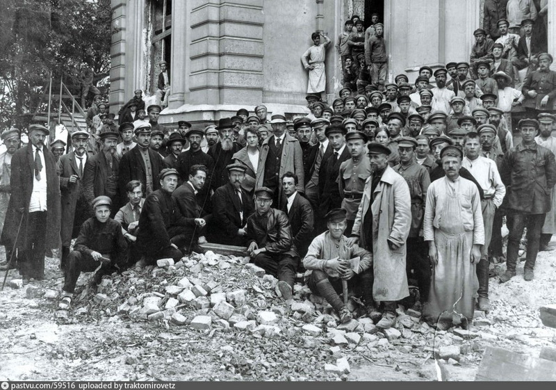 Воронцово поле. Начало восстановления разрушенного особняка Вогау. Фото 1920 г. Ограда сохранилась от усадьбы Вогау. Стены первых двух этажей тоже.