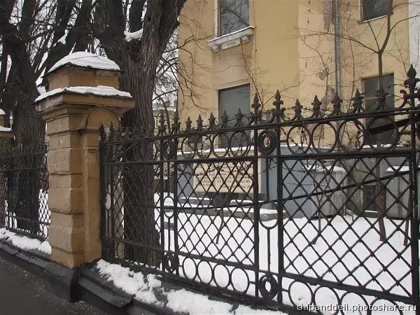 Сохранившаяся историческая ограда с воротами городской усадьбы Г. М. фон Вогау. 1882 г., архитектор В.А.Коссов.
