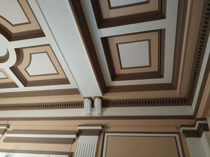Потолок рельефный, а не роспись.