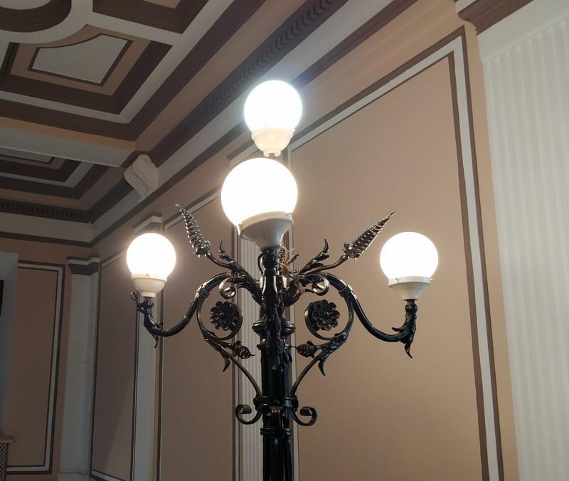 На лестнице - кованая лампа-торшер. Подлинная.