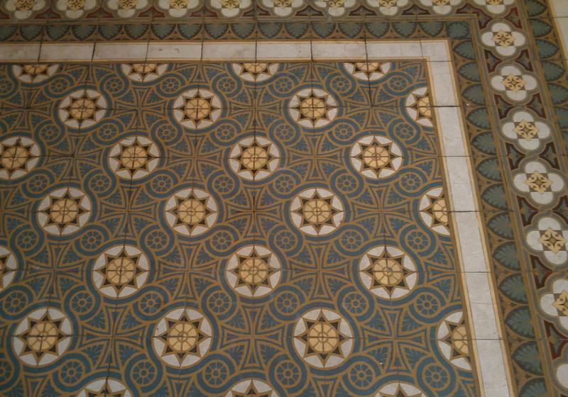На полу метлахская плитка Villeroy & Boch – подлинная.