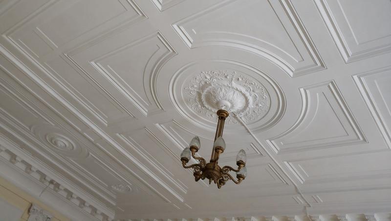 Потолок белого бального зала или гостиной.