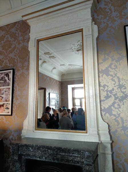 Мраморный камин с зеркалом в малой гостиной.