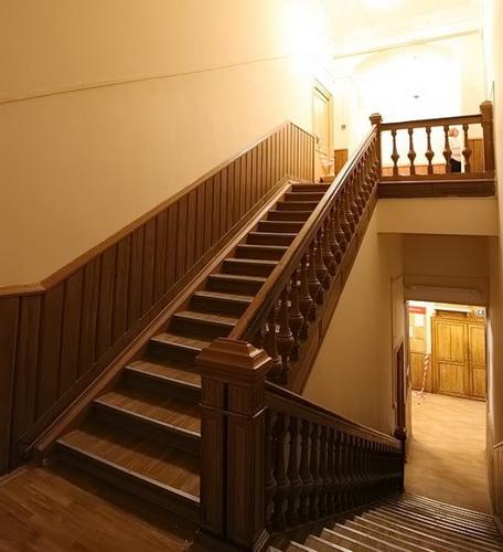 Деревянная лестница на третий этаж.