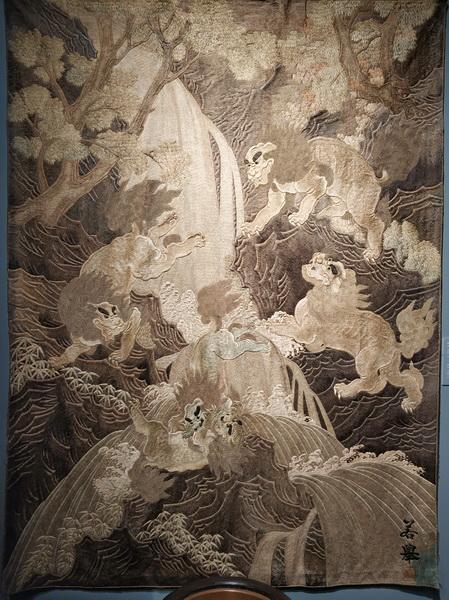 Японский ковер. Собаки Фо играют у водопада. Вышивка ручной работы, шелк.