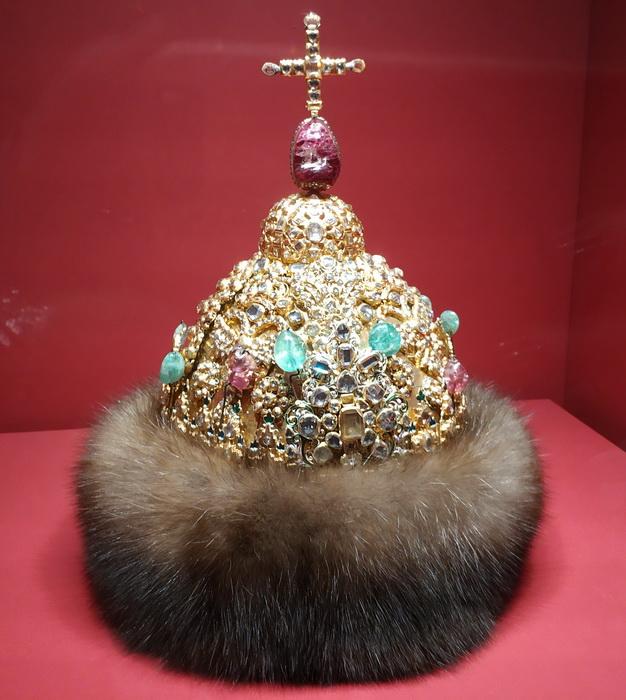 """Шапка """"Алмазная"""" царя Петра Алексеевича. Москва, мастерские Кремля, 1684 г. Золото, серебро, шпинель, турмалины, изумруды, стекло, мех; литье, чеканка, резьба, эмаль."""
