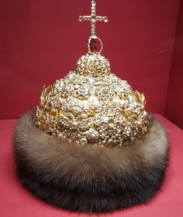 """Шапка """"Алмазная"""" царя Иоанна Алексеевича. Москва, мастерские Кремля, 1687 г. Золото, серебро, турмалин, алмазы, мех; литье, чеканка, эмаль."""