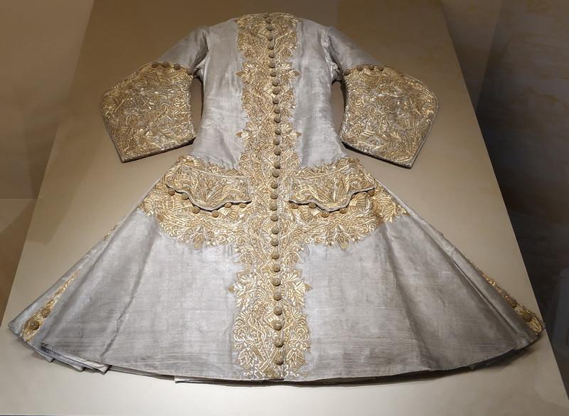 Кафтан. Принадлежал императору Петру II. Франция, первая четверть XVIII в. Глазет, шелк, нити золотые, канитель; ткачество, шитье.