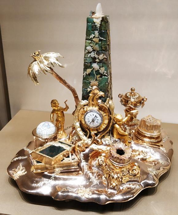 Прибор чернильный с часами. Париж, 1780 (?), механизм часов – 1789-1794. Принадлежал императрице Екатерине II. Цветное золото, серебро, мрамор, гелиотроп, перламутр,  халцедон, яшма, сердолик, драг. камни, шелк, бархат, эмаль.